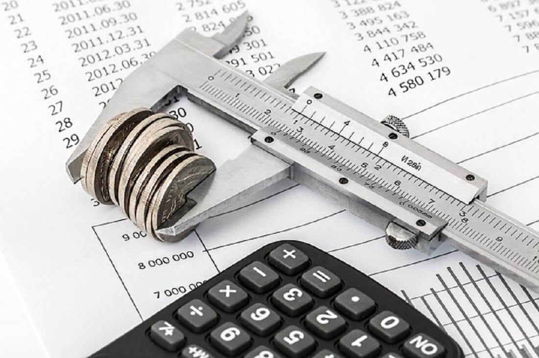 Taschenrechner und Geld mit Messgerät