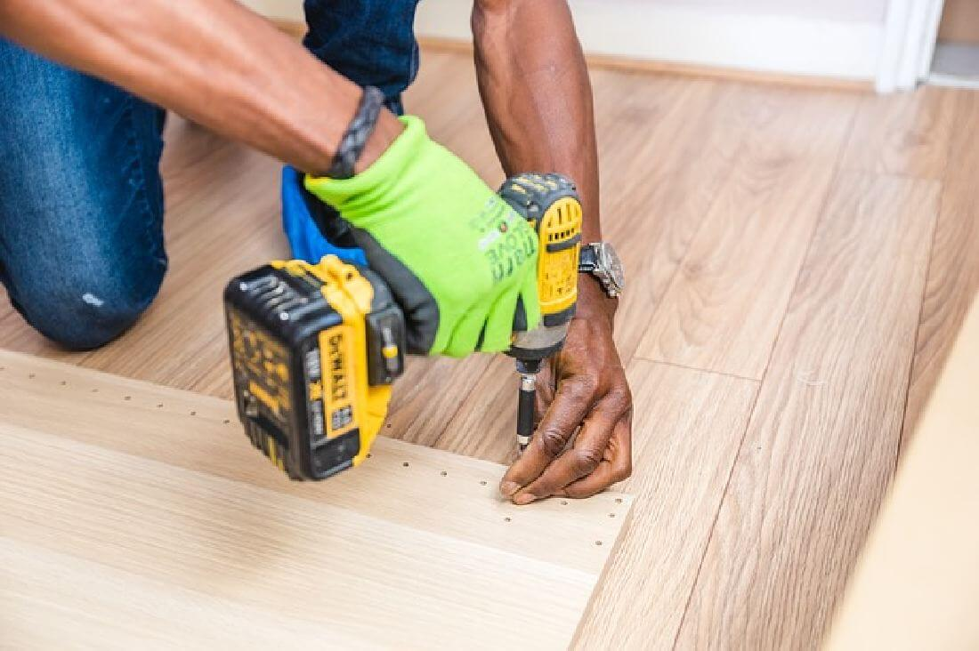 Handwerkter beim Boden verlegen